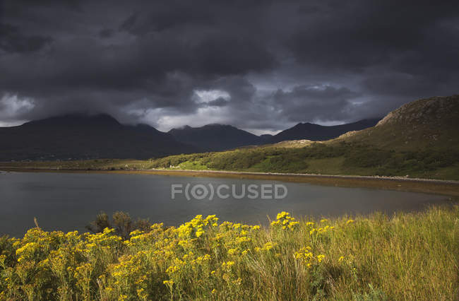 Темные тучи висят над ландшафтом — стоковое фото