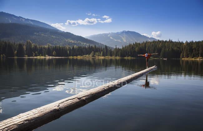 Un homme pratique l'yoga sur une estacade flottante dans le lac perdu; Whistler, Colombie-Britannique, canada — Photo de stock