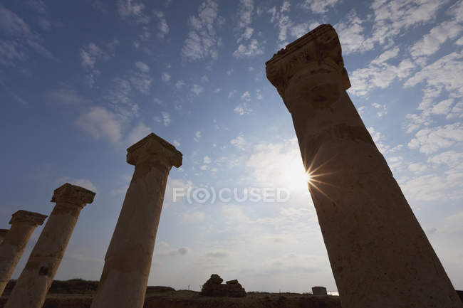 Lumière du soleil qui brille sur les colonnes — Photo de stock