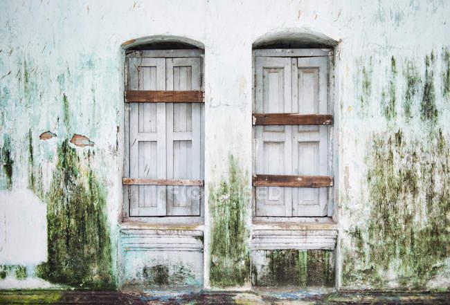 Porte vecchie nell'edificio — Foto stock