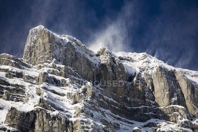 Cima della montagna innevata — Foto stock