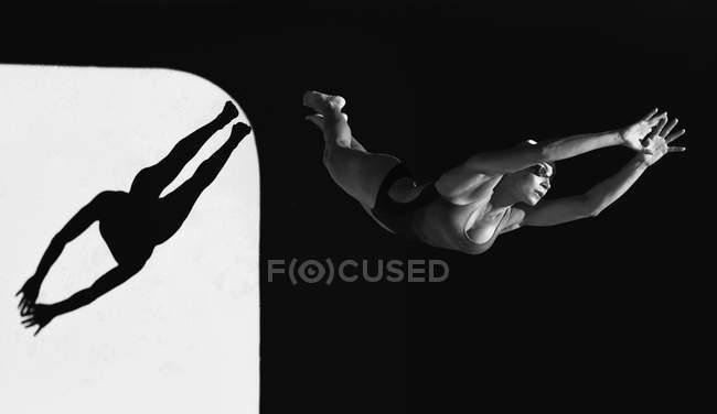 Женщина готовится к прыжку — стоковое фото