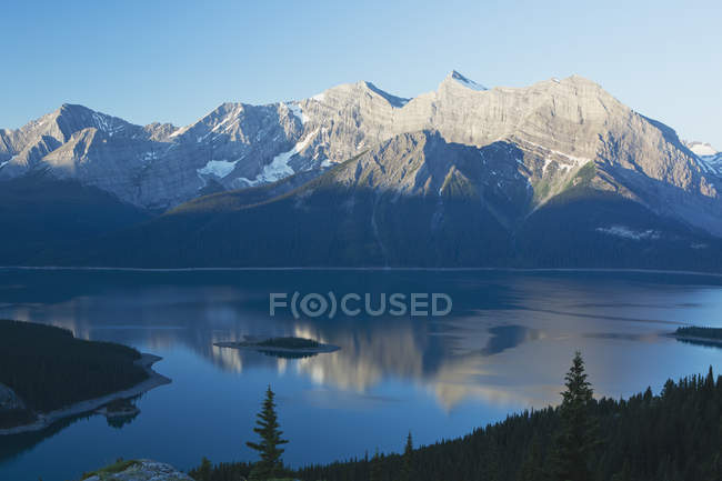 Mountain Range Reflecting — Stock Photo