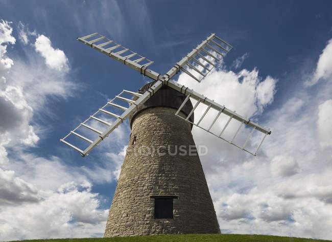 Ветряная мельница против голубого неба — стоковое фото
