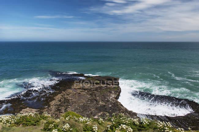 Гуркіт хвиль води океану — стокове фото