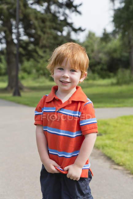 Portrait de jeune garçon aux cheveux roux en chemise — Photo de stock