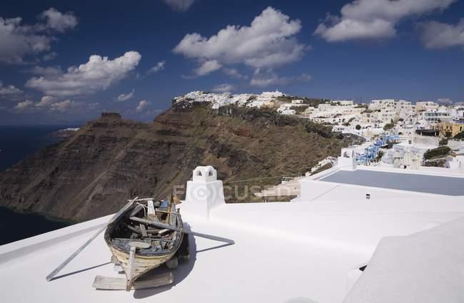Altes Ruderboot auf Dach — Stockfoto