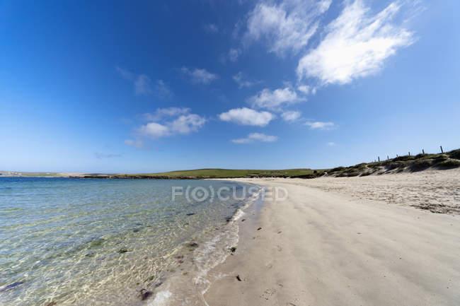Песчаный пляж вдоль побережья — стоковое фото