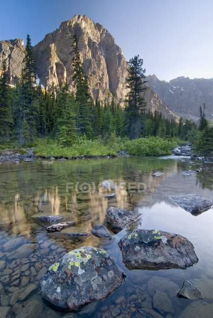 Taylor Lake con pietre sulla riva — Foto stock