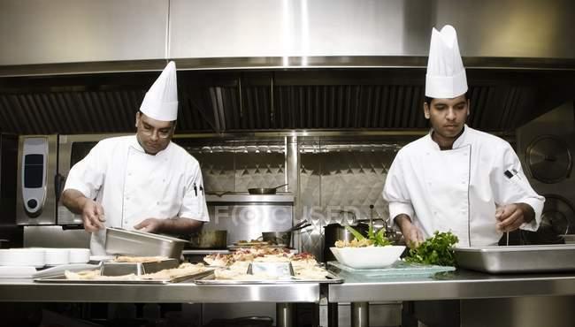 Deux chefs travaillant dans la cuisine industrielle — Photo de stock
