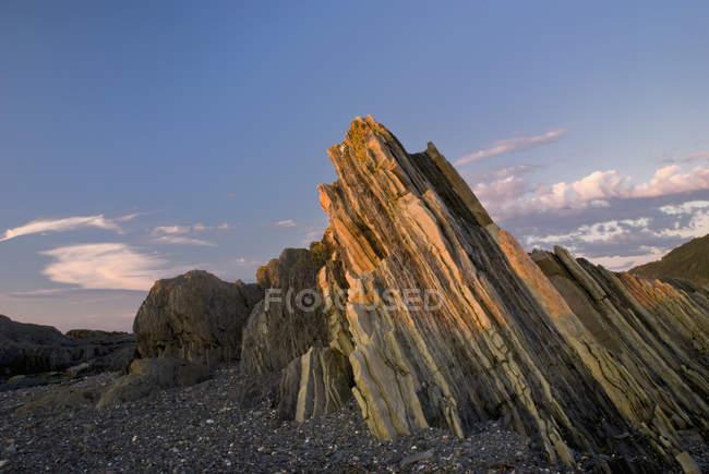 Шаруваті рок у заході сонця світлі — стокове фото