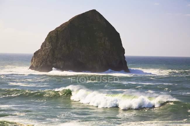 Haystack Rocher en mer — Photo de stock
