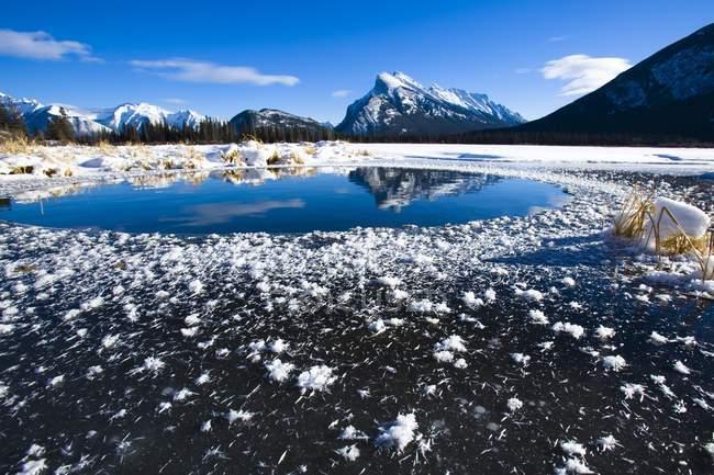 Vue du lac de montagne givrée — Photo de stock