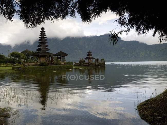 Храм фоні тропічних пейзажів поблизу Danu на Beratan озері — стокове фото