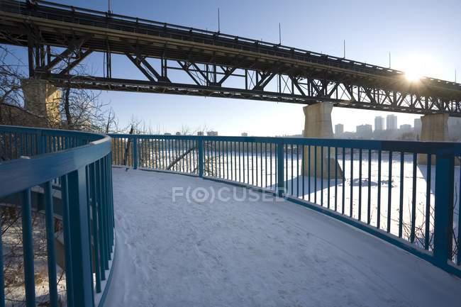 Мост через реку зимой — стоковое фото