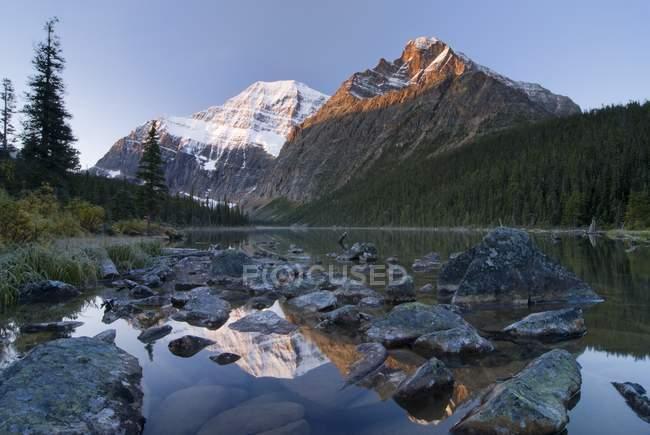 Montain lago e rocce — Foto stock