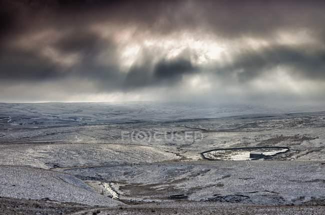 Céu nublado sobre a paisagem nevada — Fotografia de Stock