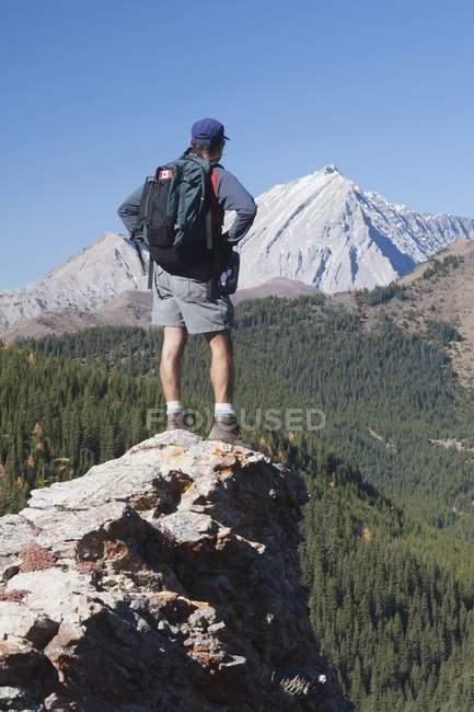 Uomo in piedi sulla cima — Foto stock