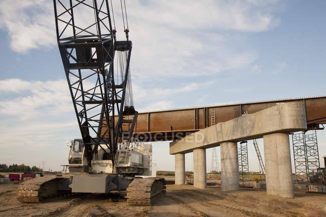 Крана рядом строительство нового моста — стоковое фото