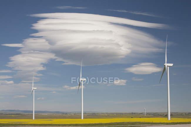 Dramatische Wolken mit blauen Himmel und Windmühlen — Stockfoto