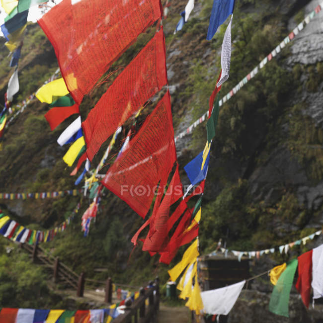 Banderas de oración en monasterio - foto de stock