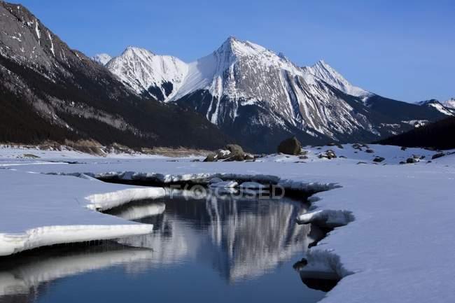 Rocce e lago con viste stupende — Foto stock