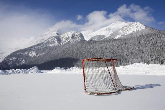 Хоккейная сетка на открытом катке — стоковое фото