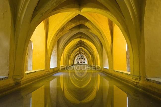 Wasservorkommen unter Gewölbe — Stockfoto