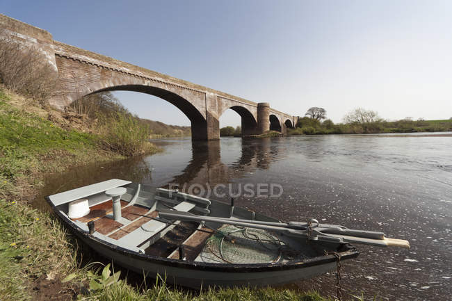 Barca Lungo la costa Accanto al ponte — Foto stock