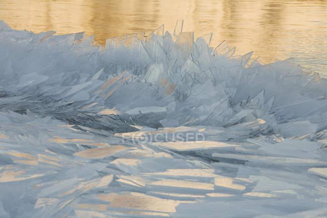 Eisschollen am Ufer — Stockfoto