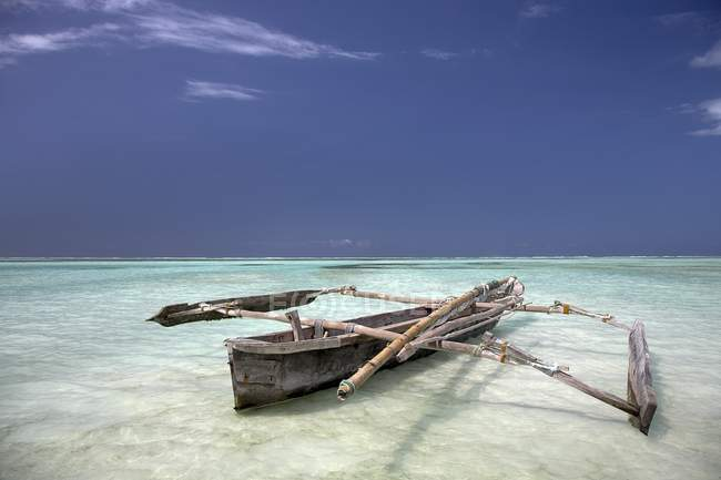 Sansibar, Afrika; Dhau im Wasser — Stockfoto