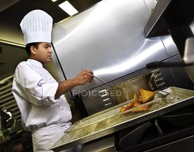 Chef Préparation des samosas à la cuisine — Photo de stock