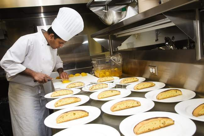 Uomo che prepara il cibo in cucina — Foto stock
