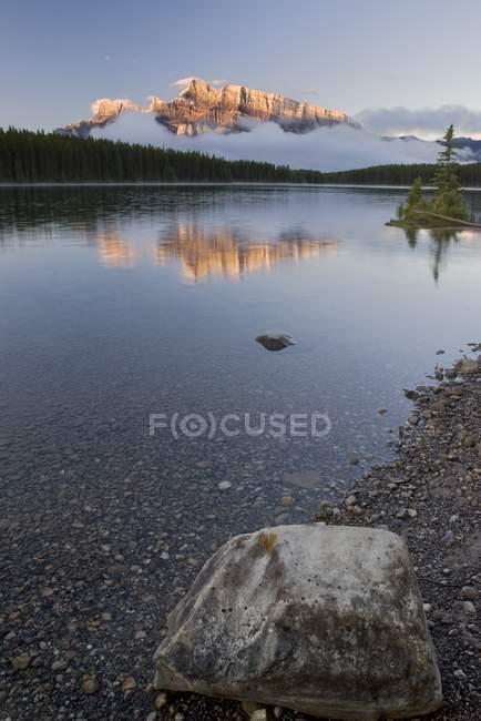 Lago di montagna con montagne — Foto stock