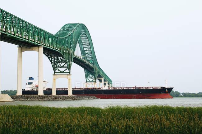 Мост Лавиолетта с большим кораблем — стоковое фото