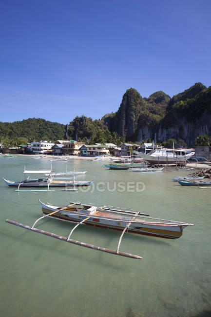 Човни Bangka сидіти в затоці — стокове фото