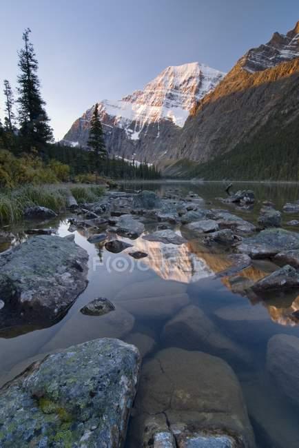 Lago di montagna con pietre — Foto stock