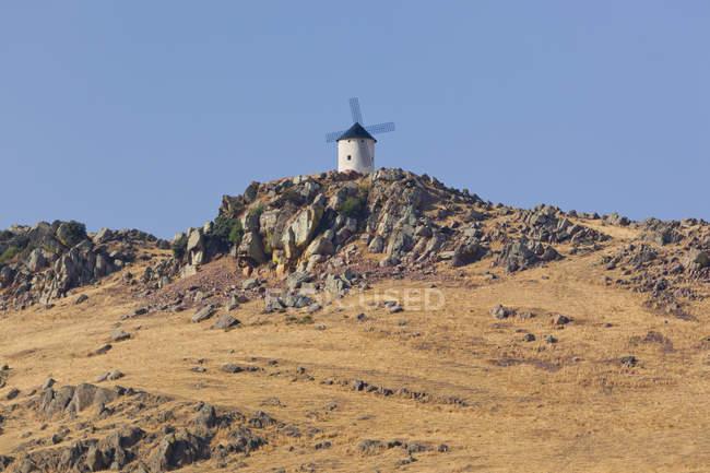 Вітряк на пагорбі над Фресно Фуенте-El — стокове фото