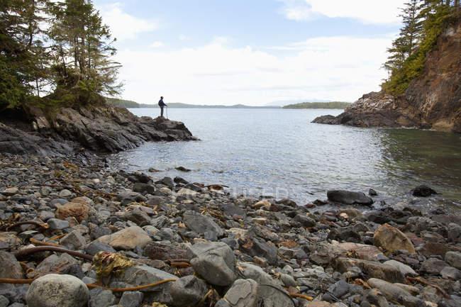 Mann schaut aus Bucht — Stockfoto
