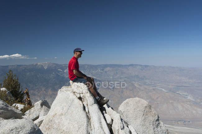 Escursionista maschio Seduta — Foto stock