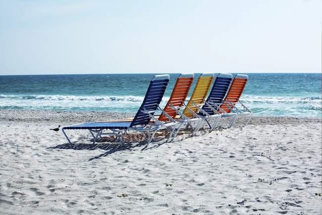 Sillas de playa en la arena - foto de stock