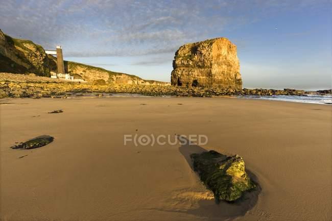 Sandstrand mit Felsen — Stockfoto