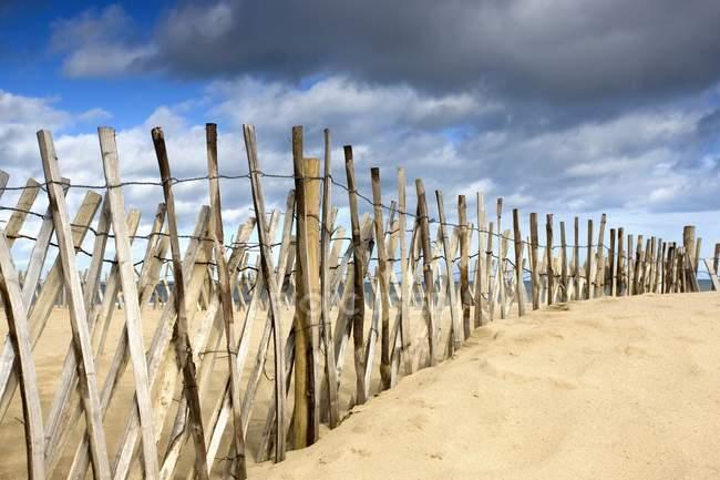 Темные тучи над забором — стоковое фото