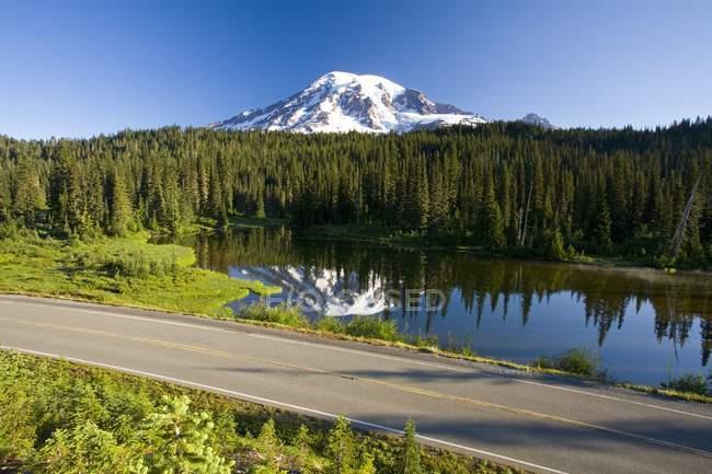 Mount Rainier with lake on foot — Stock Photo