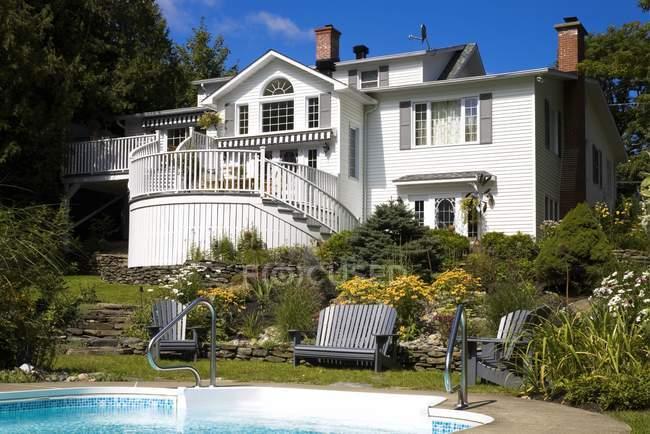 Maison et piscine — Photo de stock