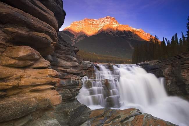 Красивий гірський водоспад — стокове фото