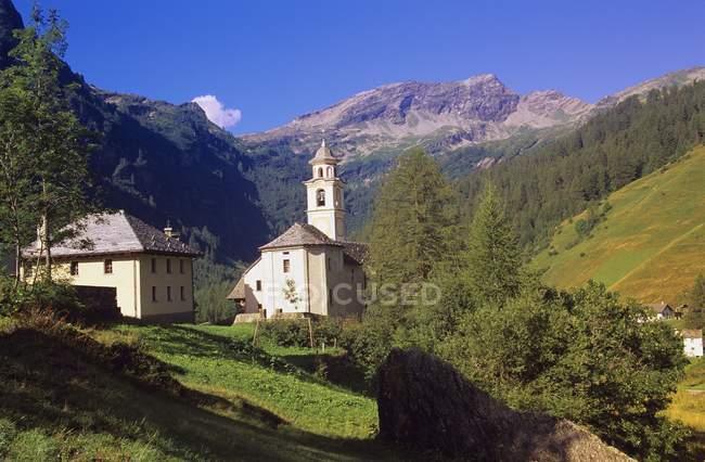 Альпийский часовни в горах — стоковое фото