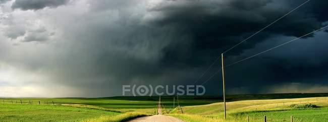 Nubi di tempesta ove rfield — Foto stock