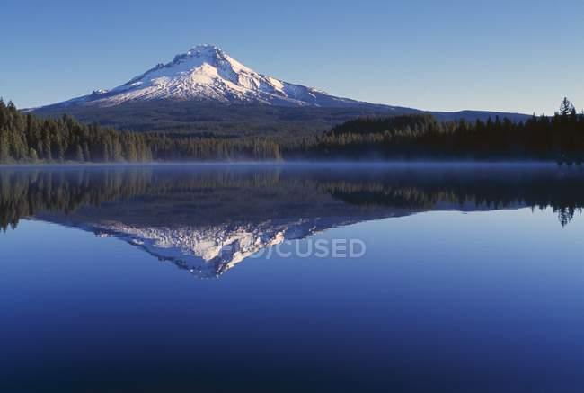 Lago Reflexión y montaña - foto de stock