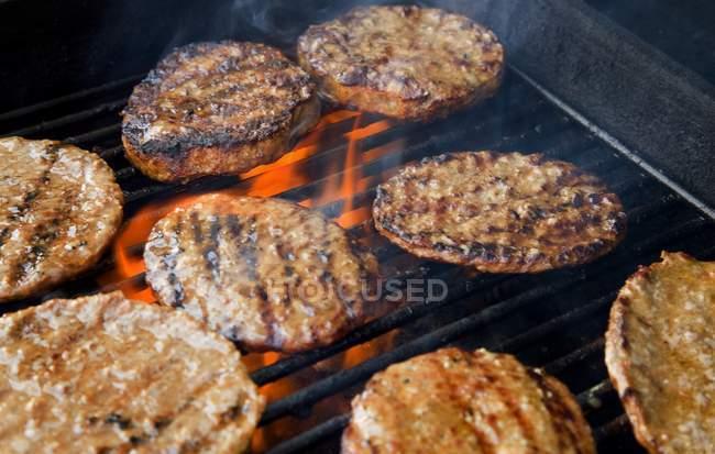 Galettes de hamburger cuisson sur le gril — Photo de stock